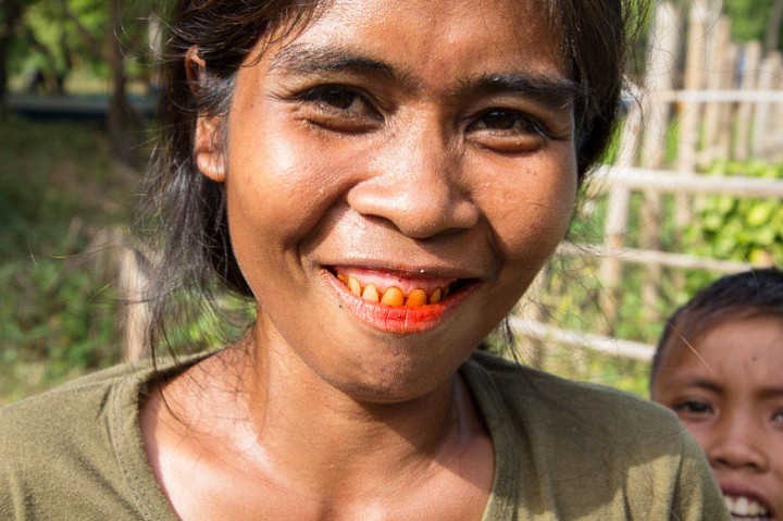 The red teeth caused by the betel © Camille Oger
