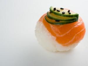 Temari sushi au saumon et concombre