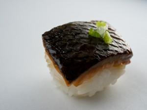Temari sushi à la peau de saumon grillée