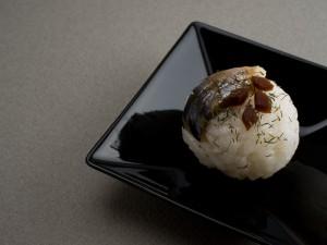 Temari sushi au maquereau mariné et bardane