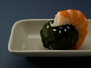 Temari sushi au wakame et crevette