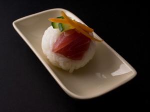 Temari sushi thon, carotte, concombre et gingembre
