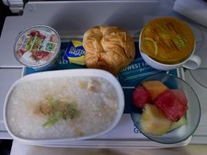 Petit déjeuner asiatique sur un vol Bahreïn-Manille © Quentin Gaudillière
