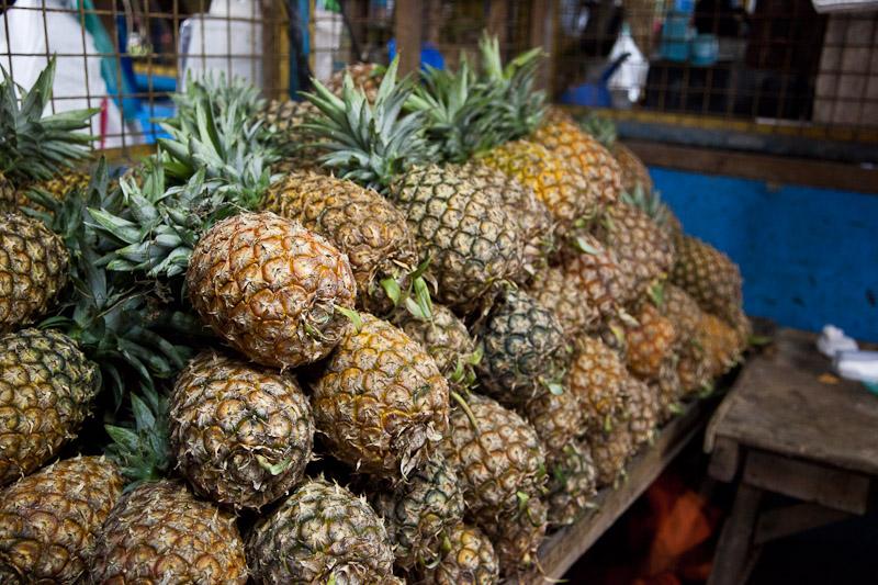 Ananas au marché, à Manille © Quentin Gaudillière