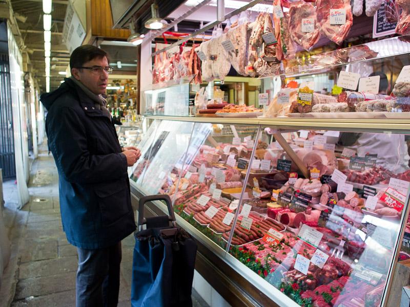 Boucherie au marché couvert de Bauveau © Camille Oger