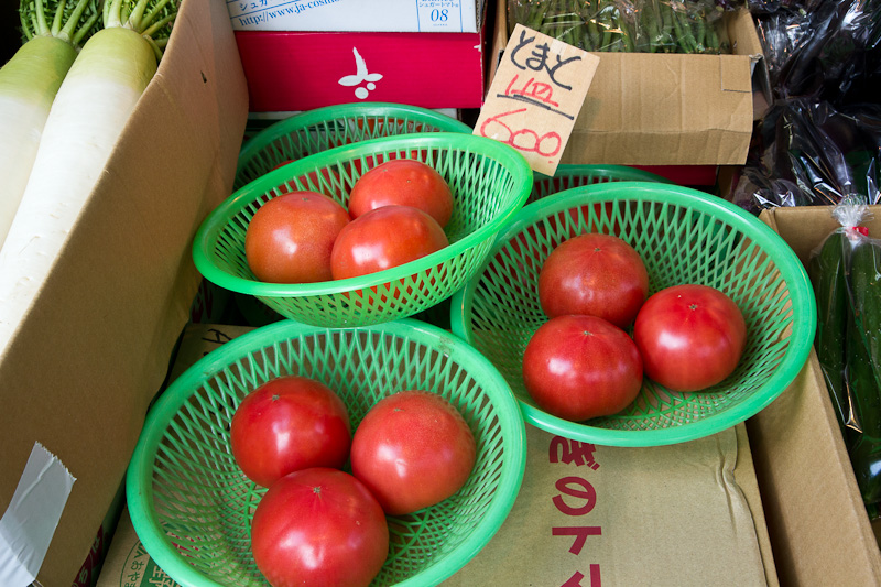 Les tomates, toujours cultivées en serre, 6 euros les 3 © Camille Oger