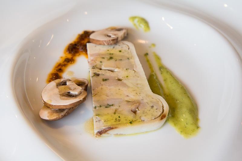 Terrine au poulet, lard et champignons © Camille Oger
