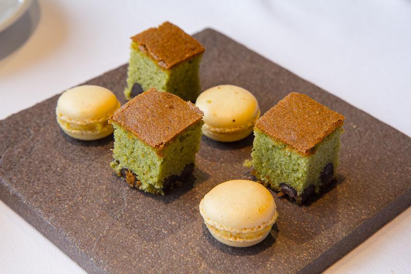 Castella thé matcha et macarons yuzu © Camille Oger