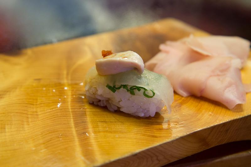 Nigiri sushi filefish, ciboule et daikon pimenté © Camille Oger