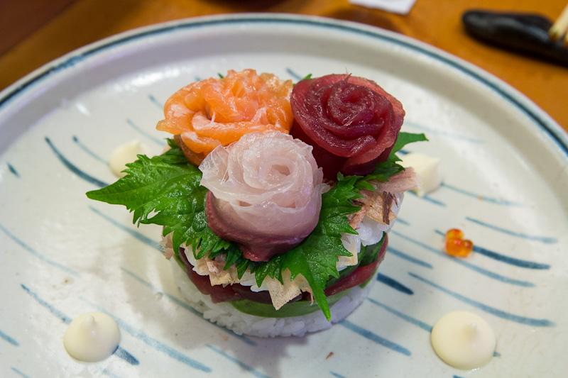 Sushi mille-feuille thon, sériole, saumon, avocat et concombre © Camille Oger