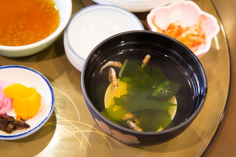 Soupe miso sakura ebi, wakame, clam © Camille Oger