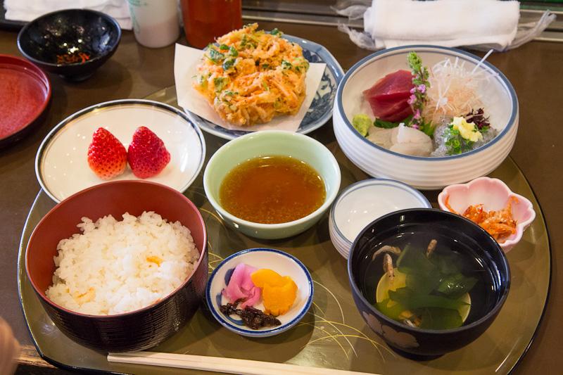 Repas autour de la sakura ebi © Camille Oger