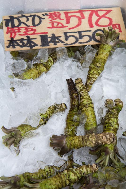 Racines de wasabi dans la partie fruits et légumes © Camille Oger