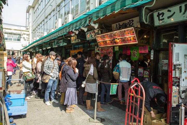 File d'attente devant un restaurant de sushi à Tsukiji © Camille Oger