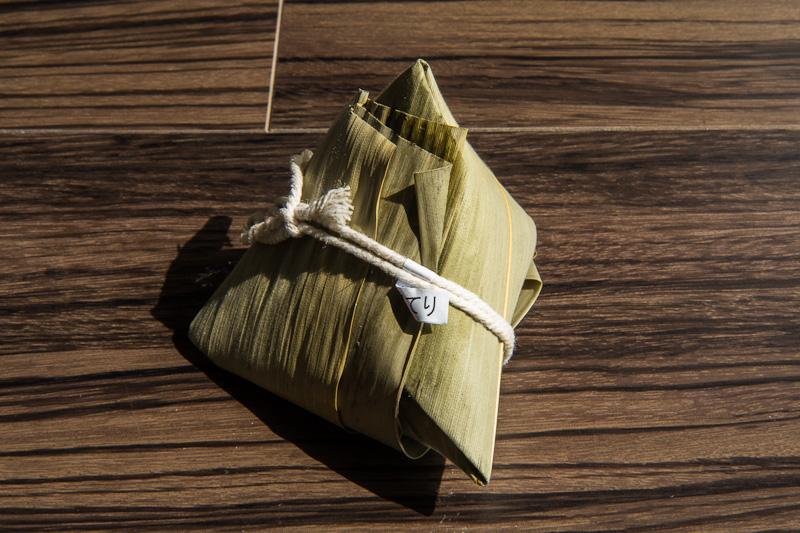 Zongzi, riz glutineux cuit dans les feuilles de bambou © Camille Oger
