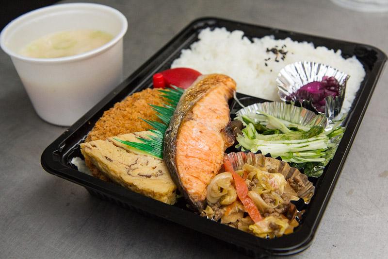 Makunouchi bentō avec soupe miso chaude mais saumon froid © Camille Oger