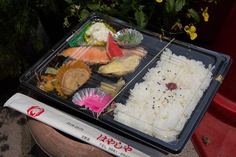 Makunouchi bentō avec riz hinomaru © Camille Oger