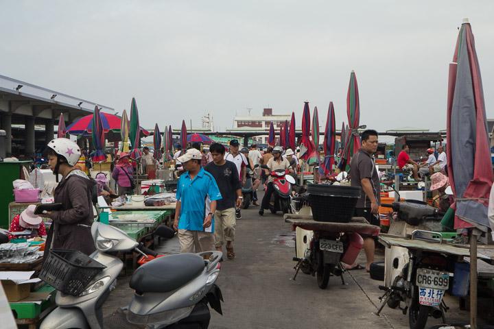 Le marché aux poissons de Penghu et ses clients à scooter © Camille Oger