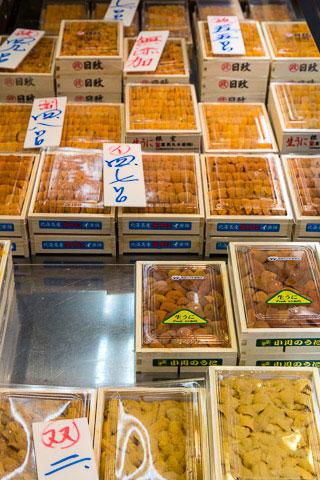 Gonades d'oursins au marché de Tsukiji, Tokyo © Camille Oger