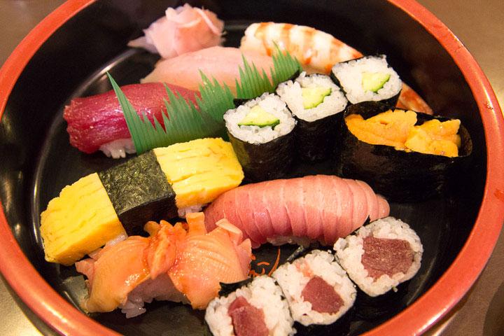Plateau de sushi avec uni gunkan maki © Camille Oger