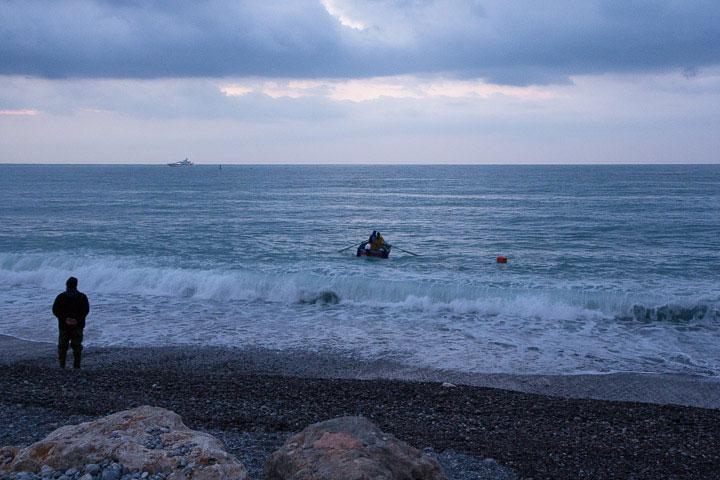 Sur la plage, les pêcheurs attendent le signal du pointu © Camille Oger