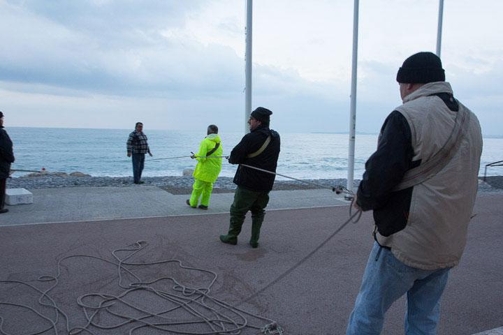 Les pêcheurs commencent à tirer la corde © Camille Oger