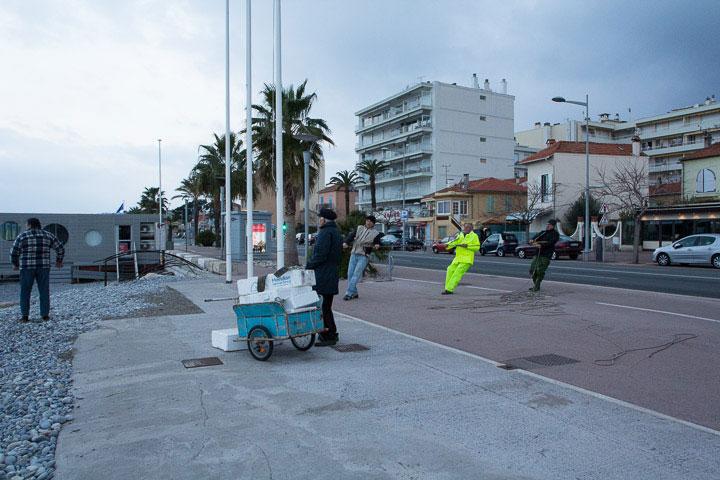 Vue d'ensemble : pêcheurs à l'ouvrage et route du bord de mer © Camille Oger