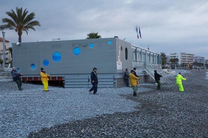 Sur la plage, un restaurant de merde complique l'opération © Camille Oger