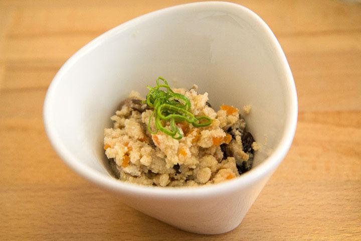 Son de soja ou okara cuisiné en unohana © Camille Oger