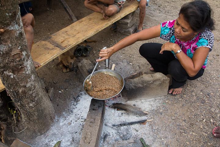 Jocelyn préparant le goûter, Banuang Daan, Philippines © Camille Oger