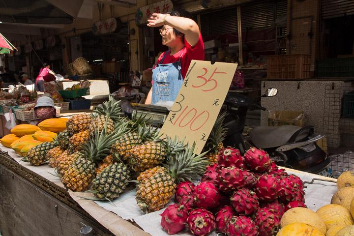 De gauche à droite, papayes, ananas, fruits du dragon et melons au marché de Makong © Camille Oger