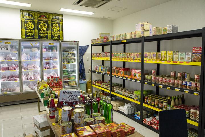 Produits halal dans la boutique attenante à la mosquée © Camille Oger
