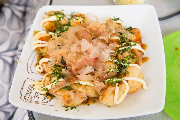 Takoyaki couverts de mayo, sauce brune, aonori et katsuobushi © Camille Oger