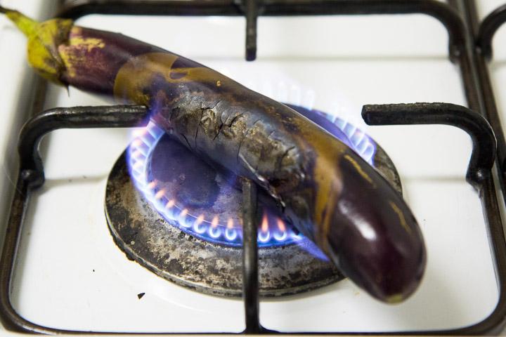 L'épreuve du feu ou l'aubergine sur le brûleur de la gazinière © Camille Oger