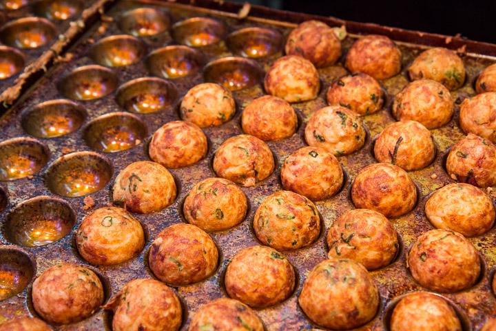 Takoyaki dans leur moule © Camille Oger