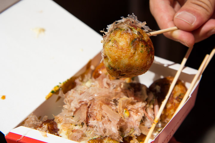 Takoyaki, à manger avec un pic © Camille Oger