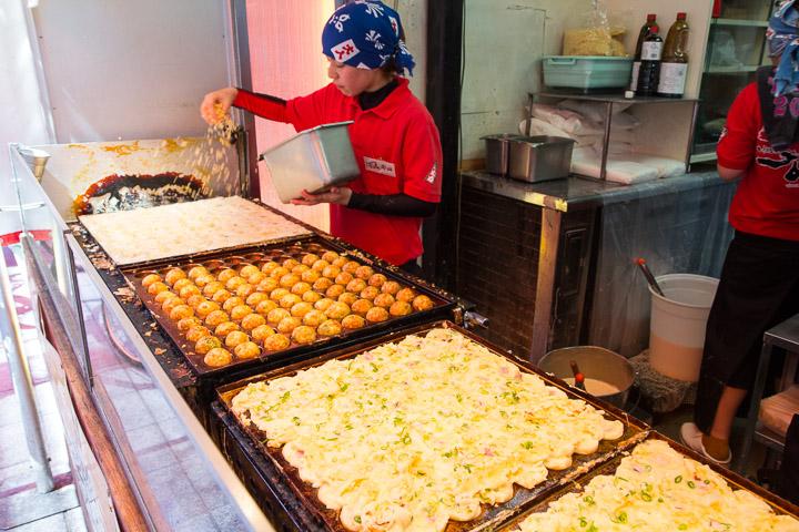 Pluie de tenkasu sur les takoyaki © Camille Oger