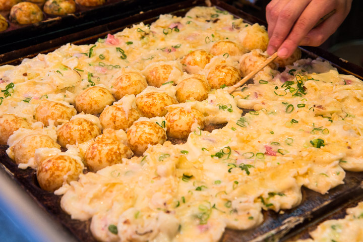 Retourner les takoyaki avec un seul pic, fastoche, dit l'enfant neuneu © Camille Oger