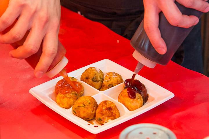 Takoyaki et leurs sauces plus ou moins heureuses © Camille Oger
