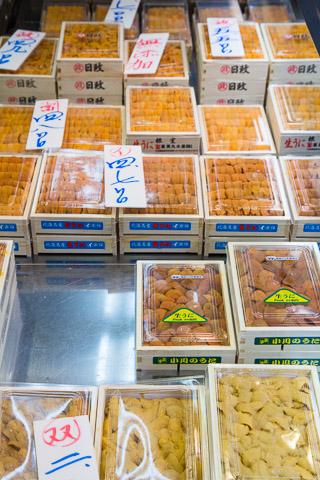 Grand choix d'oursins au marché de Tsukiji © Camille Oger