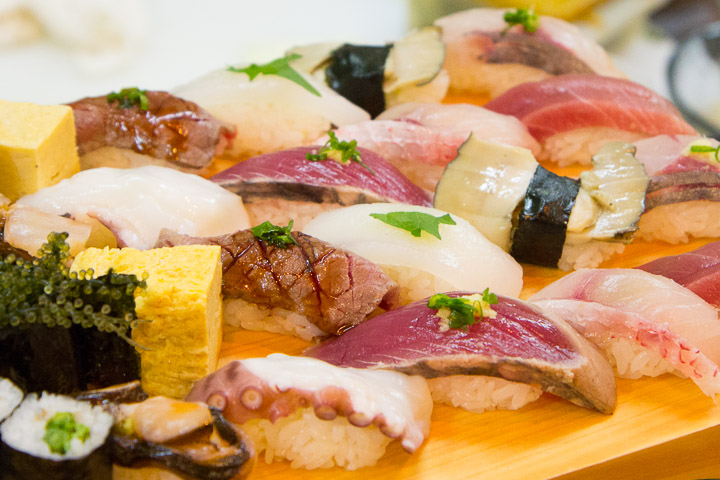 Nigiri sushi dont deux au tataki de bonite © Camille Oger