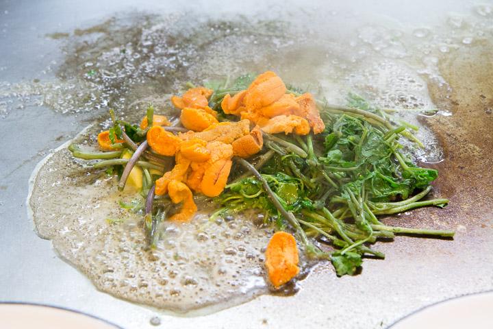 Cresson et oursins sur le teppan © Camille Oger