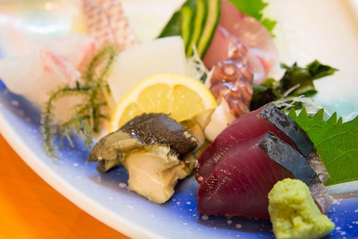 Tataki de bonite sur un plateau de sashimi ©Camille Oger