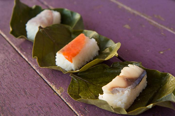 Kakinohazushi, sushi fermentés emballés dans une feuille de plaqueminier ©Camille Oger