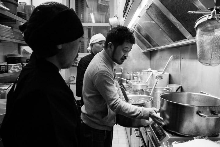 Keisuke Matsushima, Hideto Kawahara dans la cuisine de Saison, Nice ©Camille Oger
