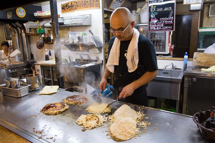 Okonomiyaki préparés devant les clients, Hiroshima © Camille Oger