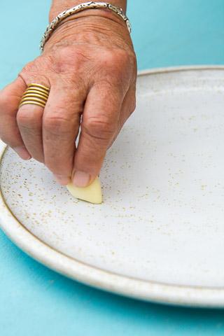 Assiette frottée à l'ail © Camille Oger