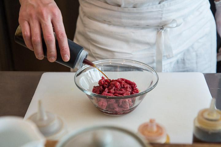 Un petit coup de sauce soja dans le tartare ©Camille Oger