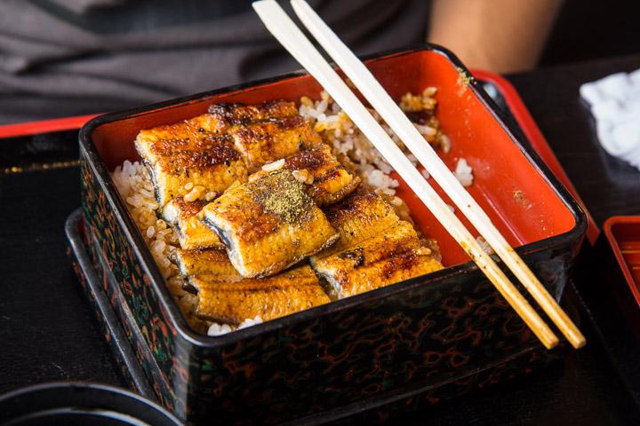Plein de sanshō sur l'anguille de Yuhki ©Camille Oger