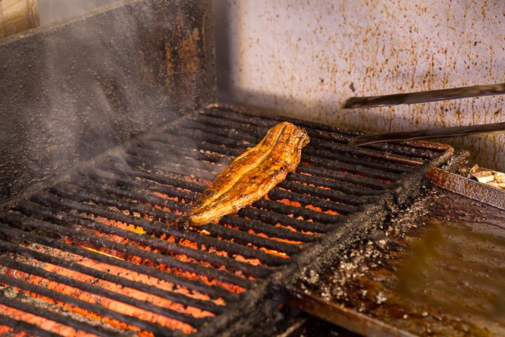 Anguille sur le grill après le bain de sauce © Camille Oger